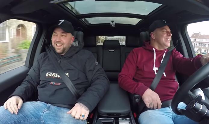 Theo Janssen (links) in de auto bij Andy van der Meyde.