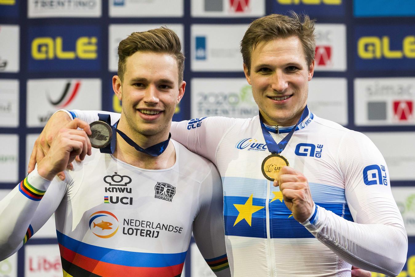 Kersvers Europees kampioen Jeffrey Hoogland (rechts) en Harrie Lavreysen (links) poseren met hun EK-medailles.