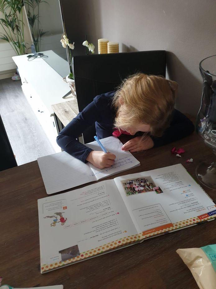 Rachel van der Velde maakt thuis schoolwerk.