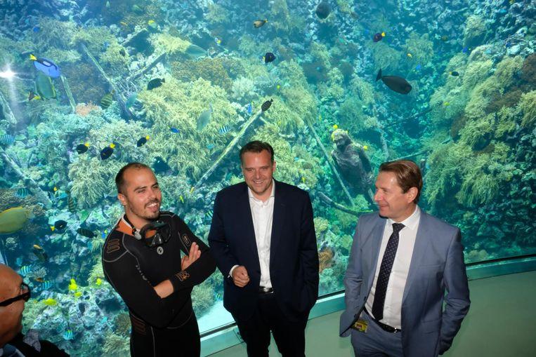 Thomas Van Puymbroeck, Philippe De Backer (Open Vld) en directeur van de Zoo Dries Herpoelaert, aan het fenomenaal rifaquarium.