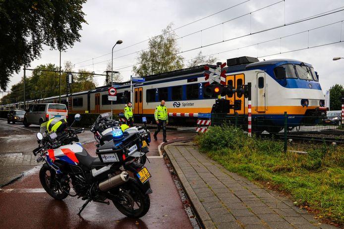 Agenten bewaken de spoorweg overgang in Brummen.