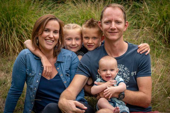 Het hele gezin: Leen met haar echtgenoot en kindjes Sam, Finn en Jax.