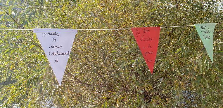 Er werd ook een vlaggenwimpel opgehangen met vredeswensen en toekomstdromen in de verschillende talen.