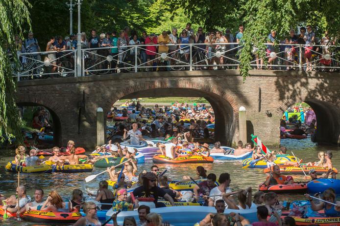 Een eerdere Utrechtse editie van de Rubberboot Missie zorgde voor honderden opblaasbootjes, zwembandjes en complete opblaaseilanden in de grachten en singels.