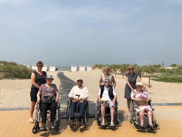 Vier bewoners van woonzorgcentrum Hof Ter Engelen brachten vandaag een bezoekje aan de kust.