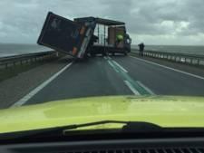 Vrachtwagen kantelt op Houtribdijk (N302): weg afgesloten