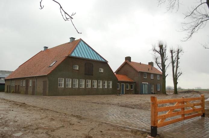 Infopunt en slagerij zijn ondergebracht in een verbouwde boerderij aan de Zuijdenhoutstraat.