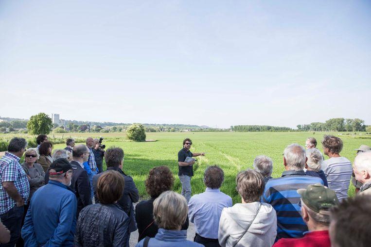 Archeoloog Tim Vanderbeken geeft uitleg aan de site, waar ooit het Fort stond.