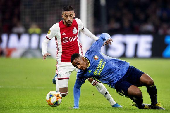 Hakim Ziyech van Ajax in duel met Leroy Der van Feyenoord.