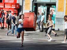 'Verhuisrace' op Vredenburg: wielrenster Puck Moonen verliest van kleine meisjes