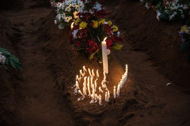 Kaarsen op een graf in Negombo, waar een aanslag was op de St. Sebastiankerk.  Beeld Getty Images