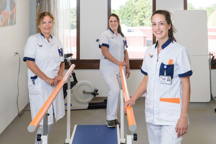 Janny Rubingh, Mette Sasberink  - Lohuis en Sylva Heilmann in de oefenkamer voor mensen die gevallen zijn en wankel op de benen staan.