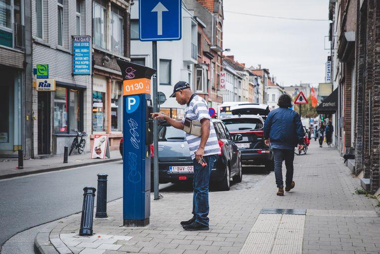 Het parkeerregime in de Dampoortstraat werd aangepast, bewoners nemen alle plaatsen in.