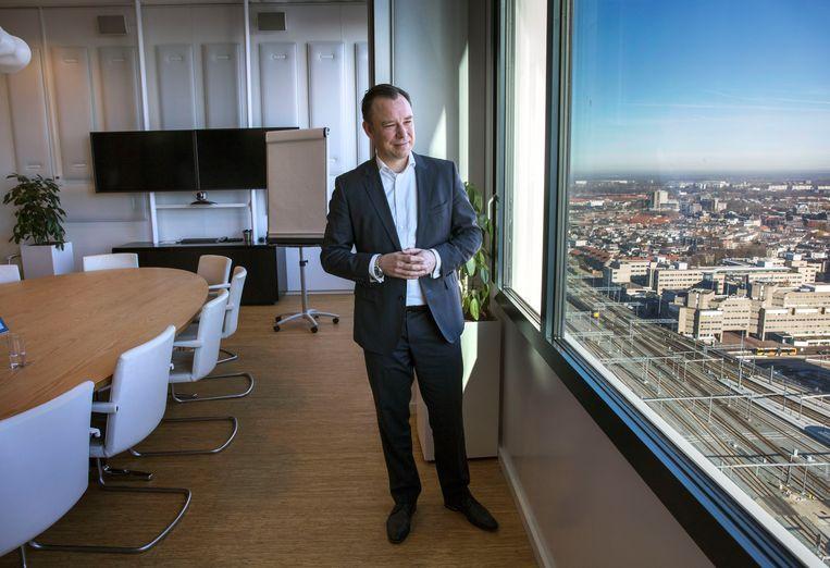 Wethouder Klaas Verschuure kijkt uit over de stad. Beeld Werry Crone