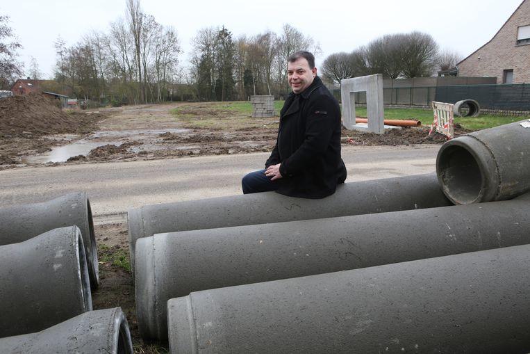 Schepen Kris Vanwinkelen aan een van de nieuwe rioleringsprojecten.