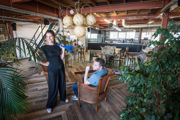 Lisette Spee, directeur van Beeldmakers, en galeriehouder Michiel van der Zanden van Electron, in het nieuwe galeriecafé MotMot in Electron dat vrijdag opent.