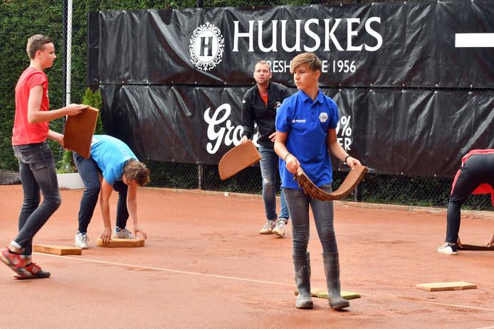 Het speelschema van het Future-toernooi in Oldenzaal liep donderdag veel vertraging op vanwege de vele regenval. Er moest een aantal keren gedweild worden op de banen van OLTC Ready.