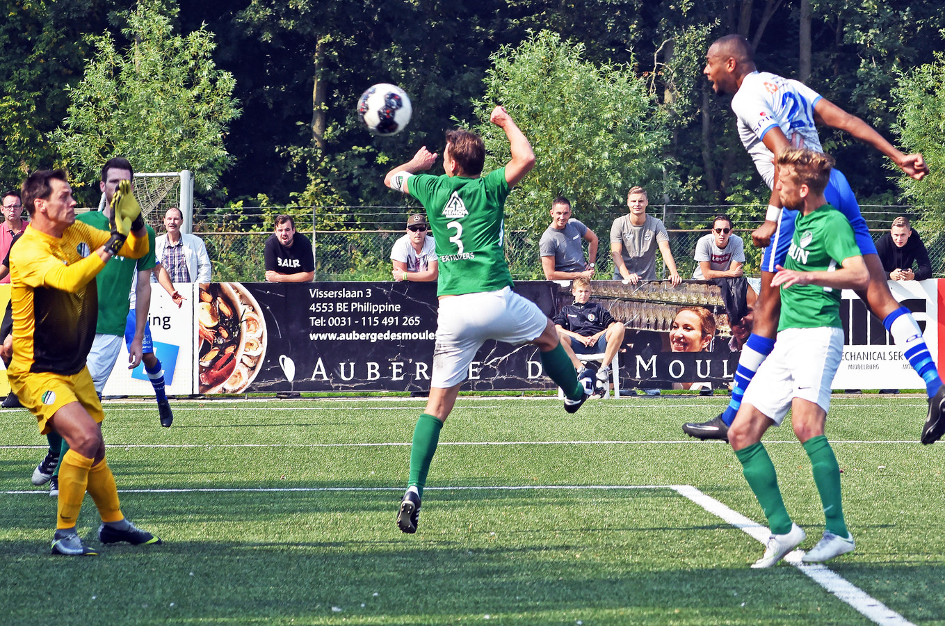 Kyle Doesburg (rechts) kopt tegen Eemdijk de 2-1 binnen.