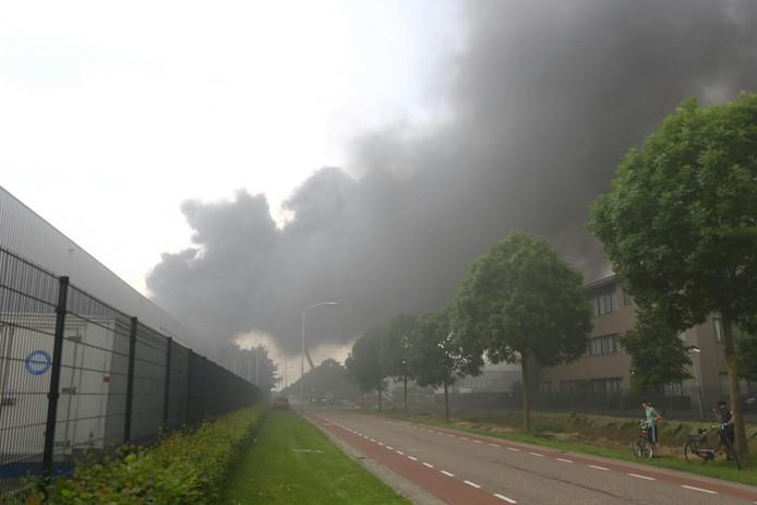 Rondom het pand is enorme rookontwikkeling. Inwoners van Waalwijk en omgeving worden opgeroepen ramen en deuren te sluiten.
