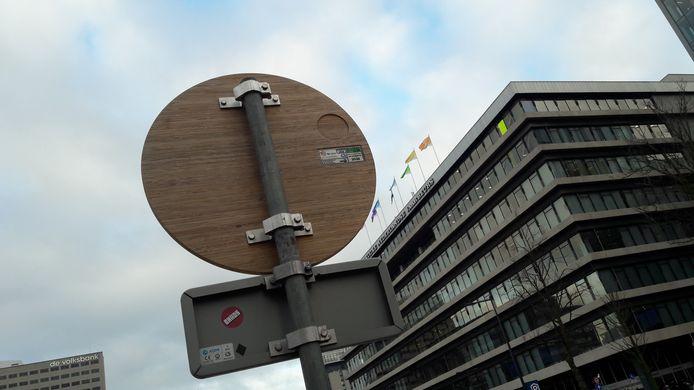 Een verkeersbord gemaakt van bamboe, langs de Utrechtse Croeselaan.