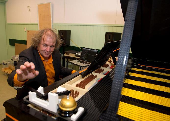 Jeroen van Veen bouwde zijn piano samen met zijn zoons.