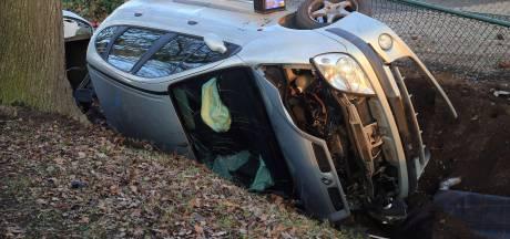 Auto in sloot beland aan Wittedijk in Deurne