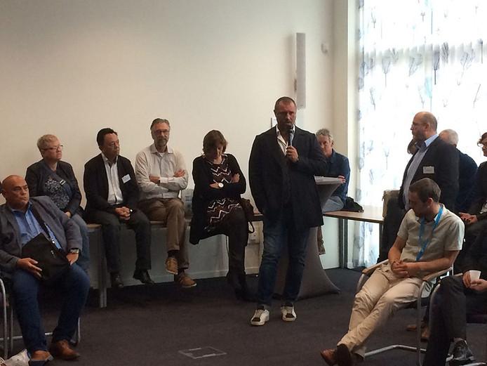 Voormalig profvoetballer John de Wolf spreekt tijdens de bijeenkomst voor werkzoekende 50-plussers.