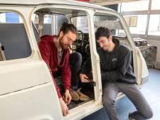Stof, zweet en studententranen in een oude Renault: Alles voor de kinderen in de woestijn