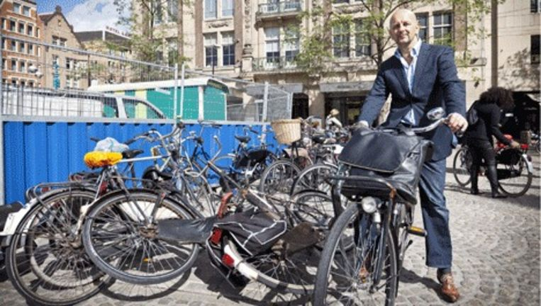 Fjodor Molenaar, gemeenteraadslid van Groenlinks op de dam. Fjodor heeft een oplossing bedacht voor de fietsenoverlast. Foto Marc Driessen Beeld