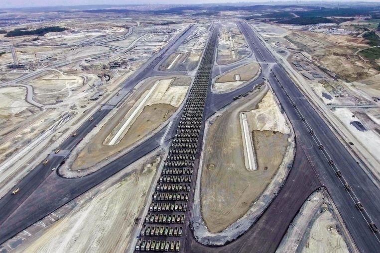 In de buurt wordt al enkele jaren gebouwd aan de nieuwe luchthaven van Istanboel, een al even megalomaan project met maar liefst zes start- en landingsbanen.