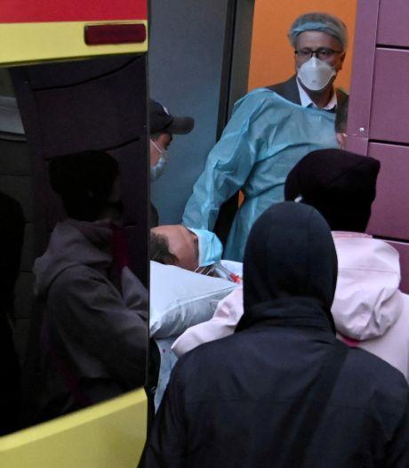 Ziekenhuis: Navalny kan korte periodes uit zijn bed komen