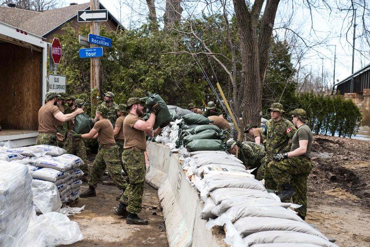 Het leger is in de weer met zandzakken, nu de overstromingen steeds erger lijken te worden.
