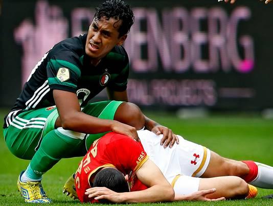 Renato Tapia, oud-ploeggenoot bij Feyenoord, ontfermt zich over de geblesseerde Vejinovic.
