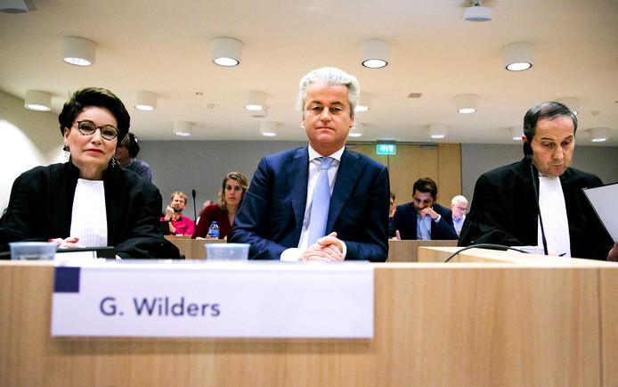 Geert Wilders in de rechtbank van het Justitieel Complex Schiphol voor de hervatting in het proces tegen hem