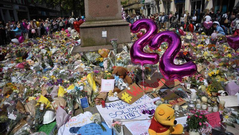 St. Anns Square in Manchester is bezaaid met bloemen, brieven en knuffels. Beeld anp