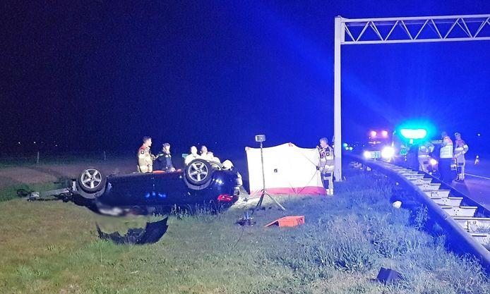 Ook langs de A28 bij Staphorst botste een auto tegen een portaal.