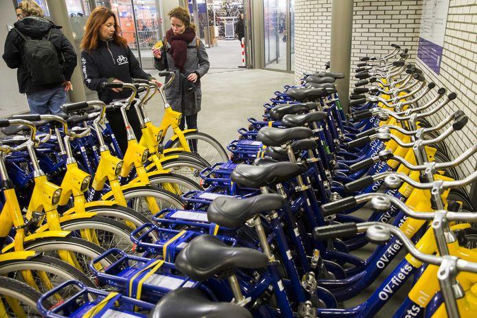 Een ov-fiets met een vernieuwd slot op het station van Apeldoorn.