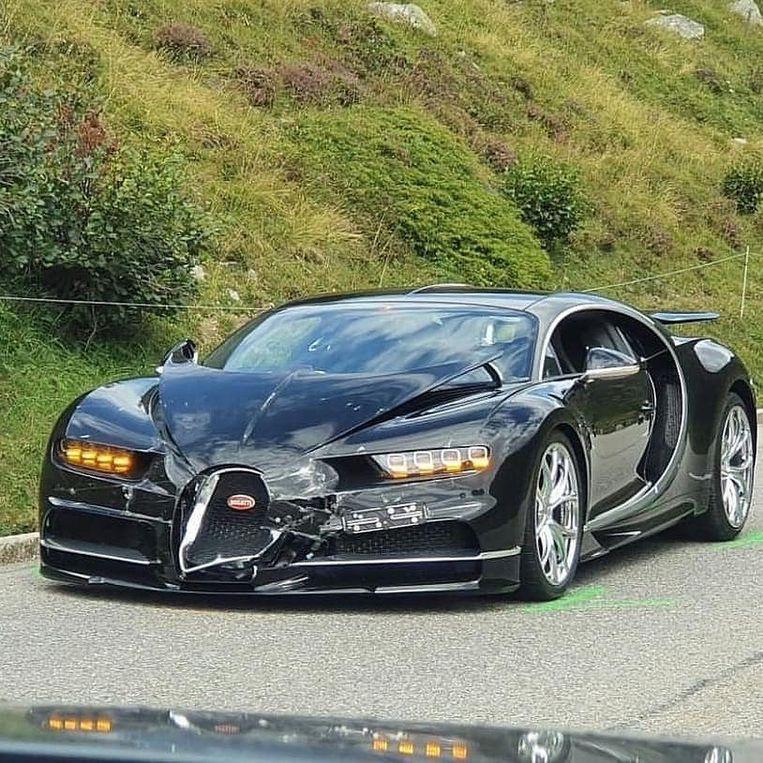 De schade aan de Bugatti lijkt mee te vallen, maar is enorm.