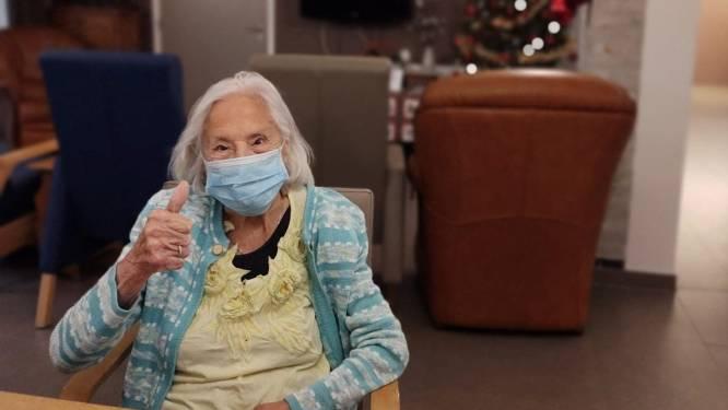 """102-jarige Cyrilla voelt zich kiplekker na vaccin: """"Dit spuitje en mijn dagelijkse pint houden corona wel weg"""""""