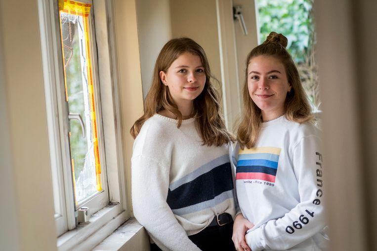 Nina (links)en Julia Nootenboom bij het raam waar ze een inbreker overliepen.