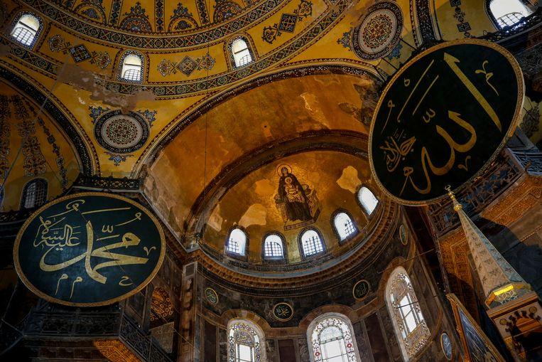 Een goudkleurig mozaïek van de Heilige Maagd Maria en Jezus aan de binnenzijde van het dak van de voormalige kathedraal Hagia Sophia. Beeld AP