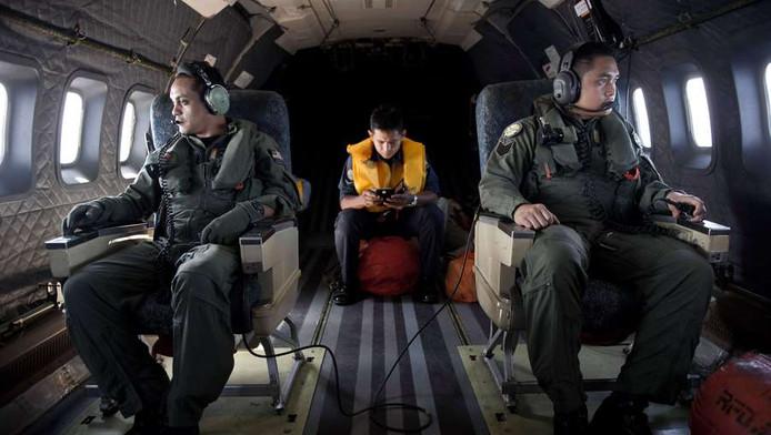 Leden van de Maleisische luchtmacht tijdens de zoekactie naar het vermiste toestel van Malaysia Airlines, vandaag boven de Straat van Malakka.