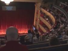 Des spectateurs en colère font annuler un opéra à Madrid à cause de l'absence de distanciation