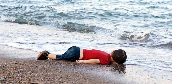 De Syrische peuter Aylan Kurdi (3) werd dood aan de Turkse kust gevonden.