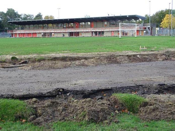 In sportpark De Nekker werd gestart met de vernieuwing van de atletiekpiste.