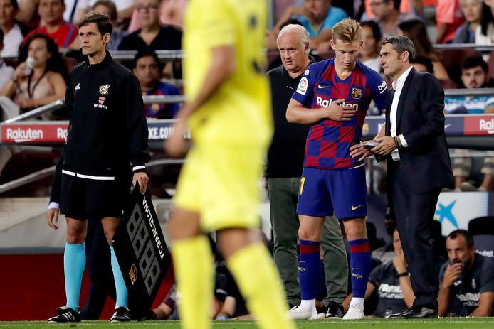 Frenkie de Jong krijgt aanwijzingen van Ernesto Valverde.