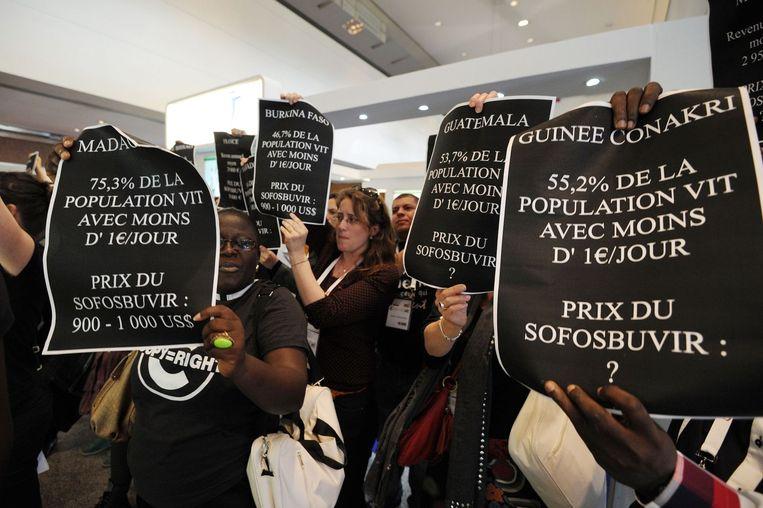 Demonstraties tegen Gilead, de producent van het hepatitismedicijn Sovaldi, in Montpellier. Sovaldi is uitgegroeid tot het symbool van de graaicultuur onder farmaceuten. Beeld AFP
