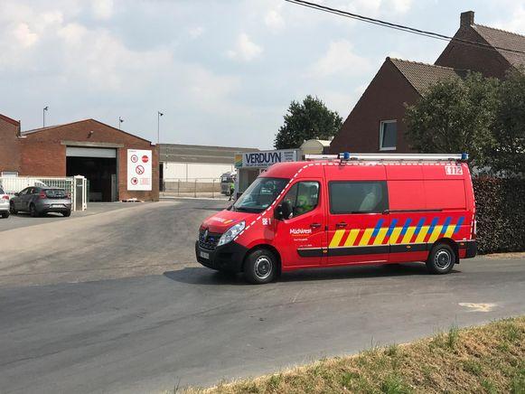 De hulpdiensten op post aan de ingang.