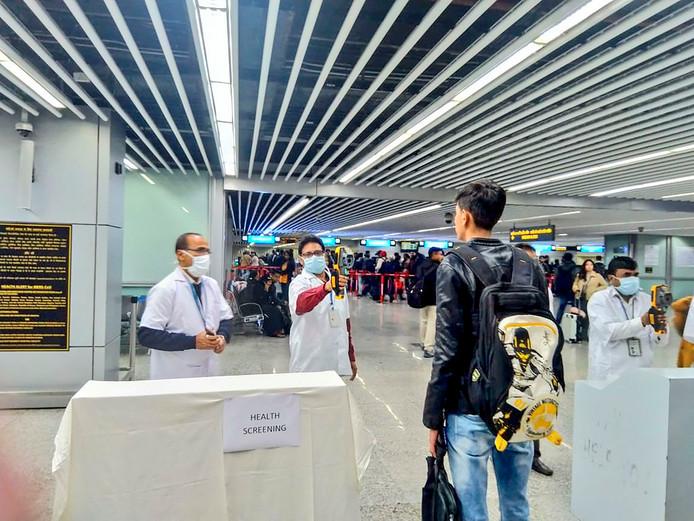 Op vliegvelden vinden inmiddels met warmtemeters controles plaats op het virus, zoals hier in  de Indiase stad Calcutta.