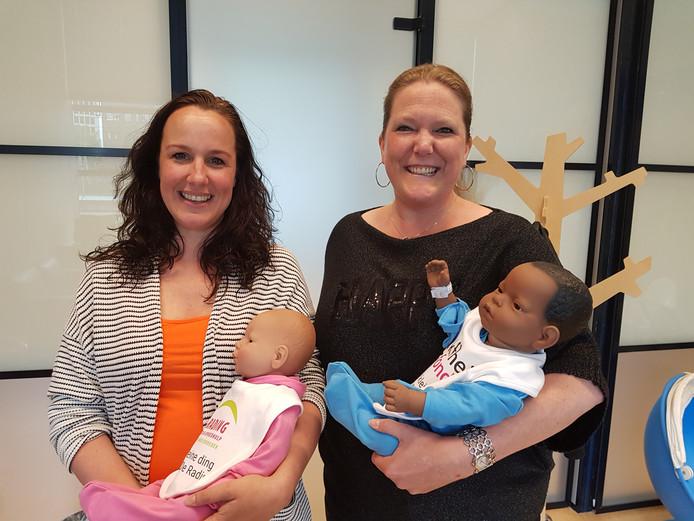 Veronique Groen (l) en  Sandra Stallinga met robotbaby's